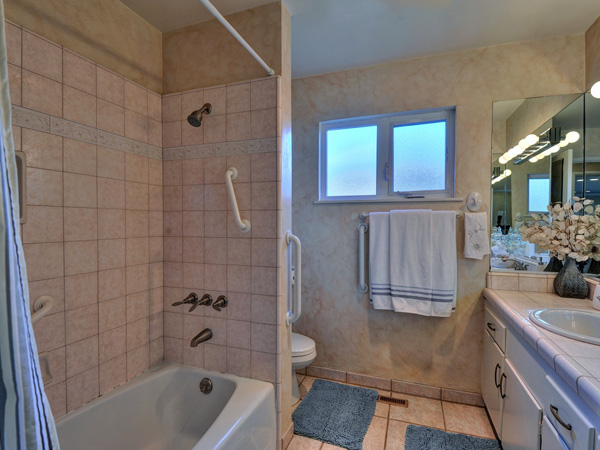 Santa Cruz Vacation Rental - 1600 West Cliff - Bathroom 1