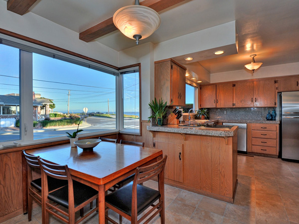 Santa Cruz Vacation Rental - 1600 West Cliff - Eat in dining and kitchen